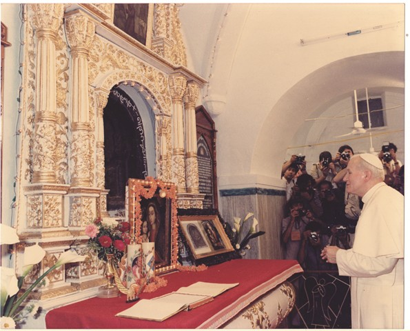 9._the_pope_prays_in_front_of_the_bleeding_cross_of